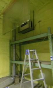 上部にFF温風機を置き、下の送風ファンで熱を室全体へ送る。