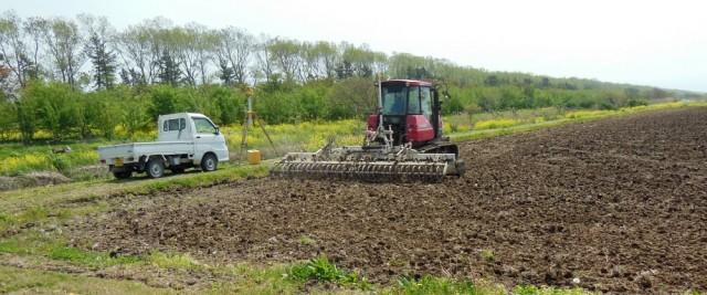 クローラトラクターによるレベラー作業 (レザー光線により田圃を平らにする作業)