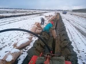 雪の中の暗渠施工作業 寒さも大変ですが、12月に入ると、午後4時過ぎには薄暗くなり、 冬の作業はさっぱり捗りません。