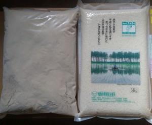 左が米ぬか。 5kg包装のお米(写真右)と同等の袋の大きさで米ぬか約2kg前後となります。